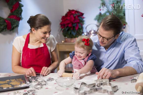 La petite Estelle n'a pas encore 1 an qu'elle joue déjà les cuisinières pour Noël avec sa mère, la Princesse Victoria de Suède et son père le Prince Daniel.