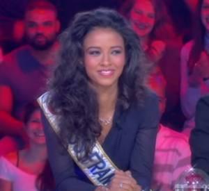 """Flora Coquerel, intimidée par Aymeric Caron dans l'émission """"Happy Hour"""" présentée par Thierry Ardisson sur Canal+."""
