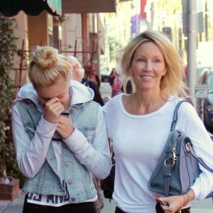 Heather Locklear et Ava Sambora (la fille qu'Heather a eu avec le chanteur Richie Sambora) se promènent ensemble à Beverly Hills.