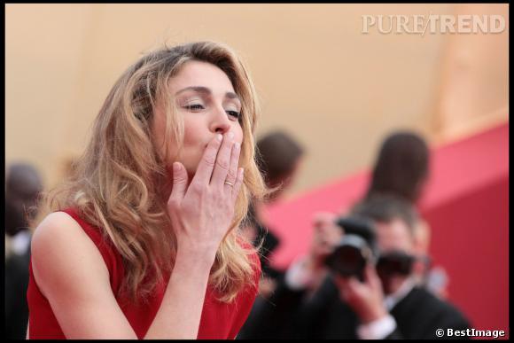 """Julie Gayet, espiègle à la première de """"Robin des Bois"""" au Festival de Cannes 2010."""