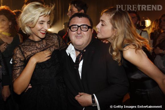 Julie Gayet et Clotilde Courau s'apprêtent à embrasser le directeur artistique de Lanvin, Albert Elbaz.