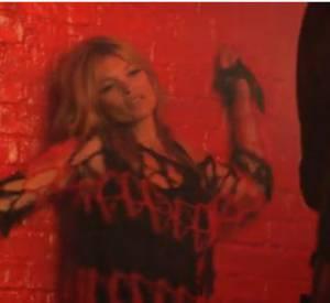 Kate Moss plus rock et sexy que jamais dans les coulisses de la campagne Rimmel.