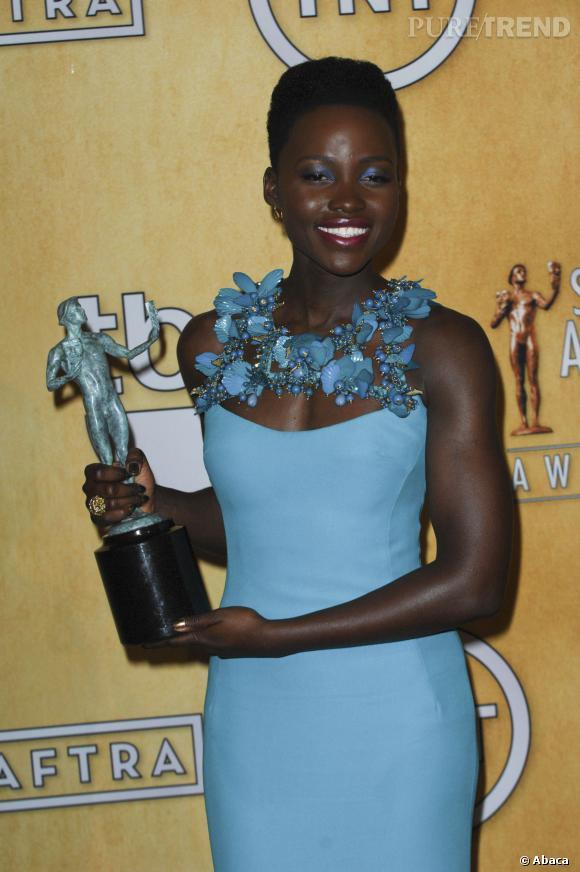 Lupita Nyong'o lors des SAG Awards, avec son prix de la meilleure actrice dans un second rôle.