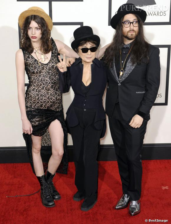 Charlotte Kemp Muhl, robe sexy et accessoires dandy et Sean Lennon, précieux et dandy.