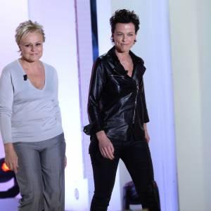 Muriel Robin, accompagnée par Anne Le Nen, arrive sur le plateau de Vivement dimanche.