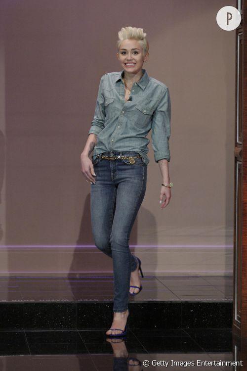Miley Cyrus soft et stylée sur le plateau du Tonight Show With Jay Leno.