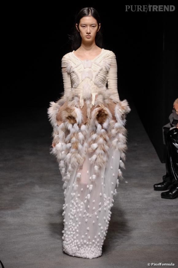 Yiqing Yin Haute Couture Printemps-Eté 2014. La créatrice présente son premier défilé pour Léonard lundi 3 mars