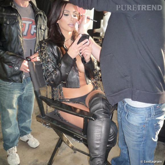 Kim Kardashian dévoile un #throwbackthursday des plus sexy ! Il s'agirait d'un shooting pour son calendrier 2011.