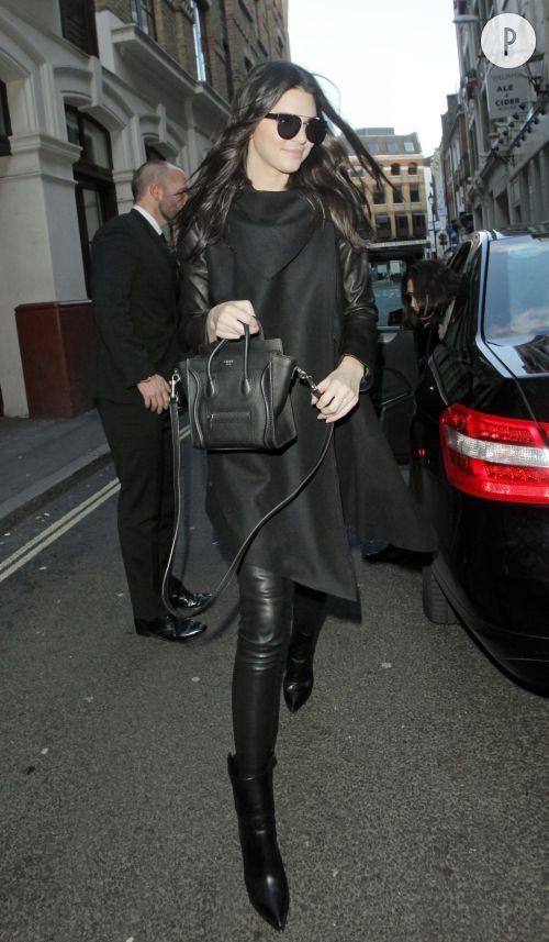 Kendall Jenner sort du défilé Topshop Unique à Londres et va faire du shopping à All Saints.