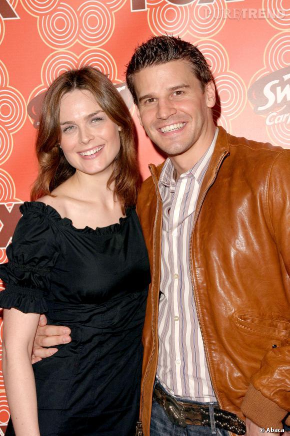 """David Boreanaz et Emily Deschanel en 2005, aux débuts de la série """"Bones""""."""