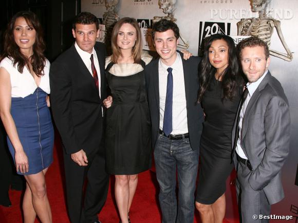 """Touts les acteurs de la série """"Bones"""" célèbrent le 100ème épisode de la série en avril 2010."""