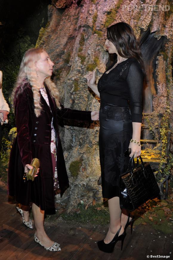 Monica Bellucci dans une robe en satin de soie très ajustée, papote avec Franca Sozzani du Vogue italien.