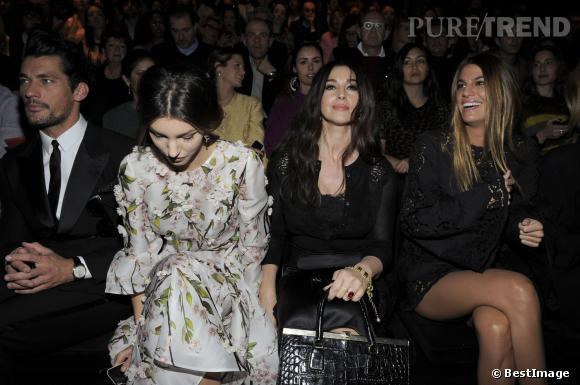 Monica Bellucci n'a pas à rougir entre ses deux voisines de front row.