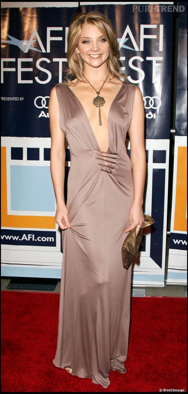 """Natalie Dormer et sa robe au décolleté ultra sexy à la première du film """"Casanova"""" en 2005."""