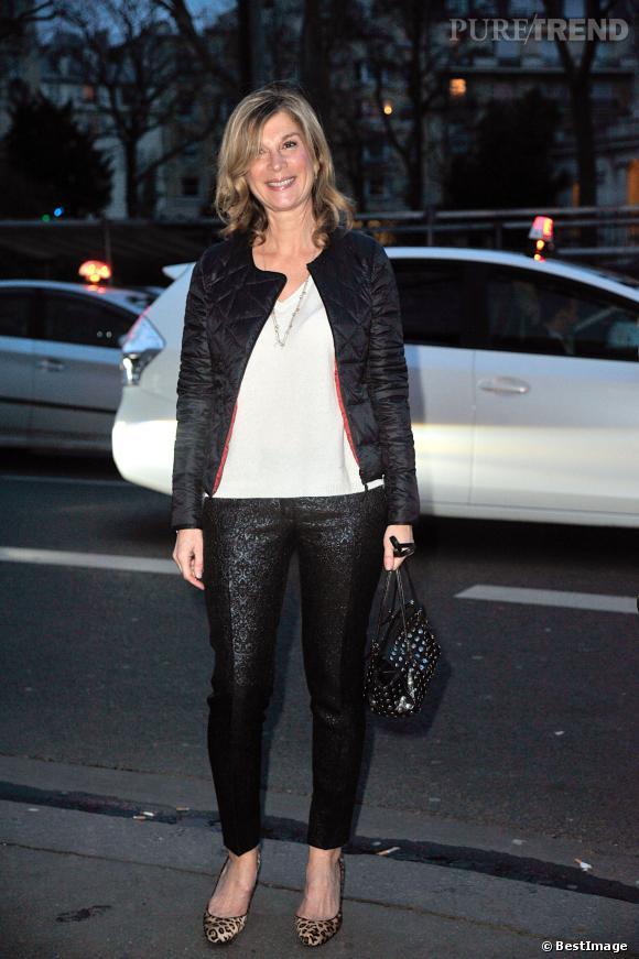 Michèle Laroque, un look casual et recherché pour le défilé Paul & Joe, le 4 mars 2014.