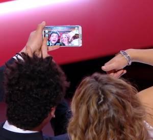 La vidéos du selfie de Kev Adams avec Cécile de France lors de la cérémonie des César 2014.