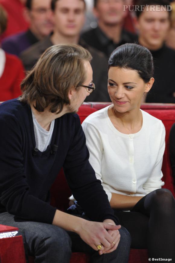 """Lorant Deutsch et sa femme Marie-Julie Baup sur le plateau de """"Vivement Dimanche"""" à Paris le 30 janvier 2013."""