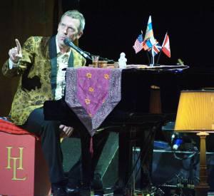 En Bonus, Hugh Laurie dans The Voice. Parcequ'il chante, parcequ'il parle français et qu'on a envie.
