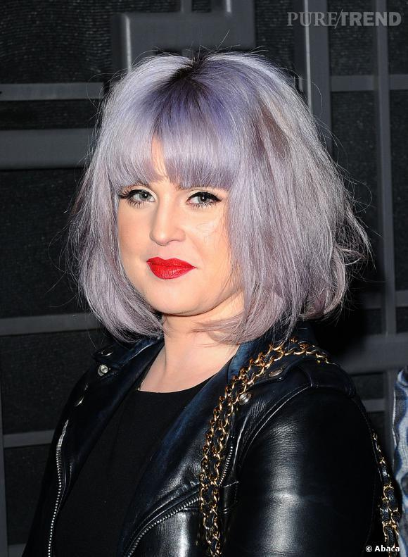 Kelly Osbourne ne s'est pas assagie avec ses cheveux violets mais elle assume et arbore un look plus rock.