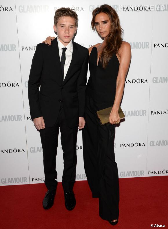 """Victoria Beckham, Femme de la décennie aux """"Glamour Women of The Year Awards"""" 2013, accompagnée de son fils Brooklyn en juin 2013."""