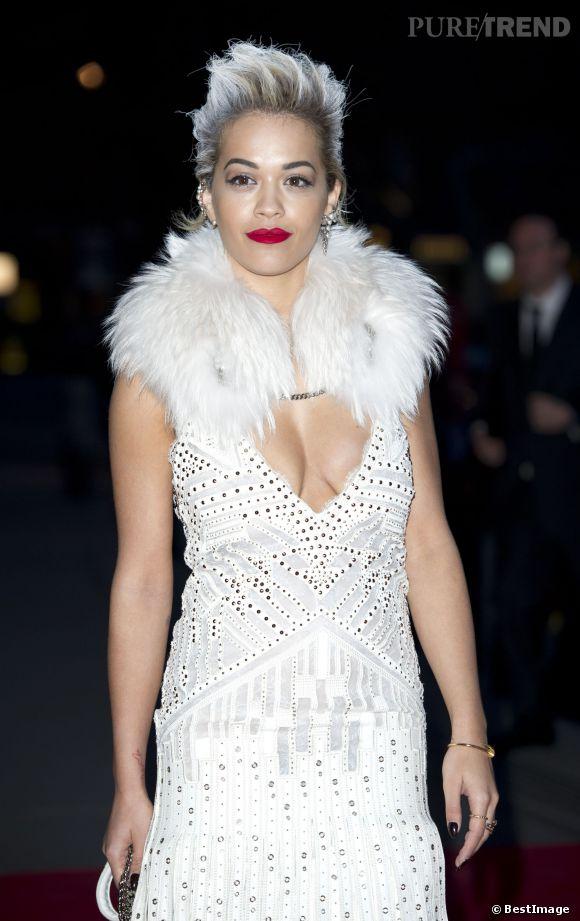 """Rita Ora, reine du décolleté à la soirée VIP """"Glamour of Italian Fashion 1945-2014"""", à Londres, le 1er avril 2014."""
