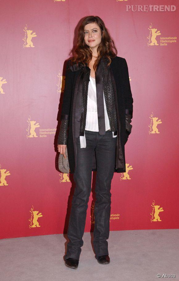 Anna Mouglalis maîtrise aussi bien la petite robe noire que le pantalon en toile cirée.