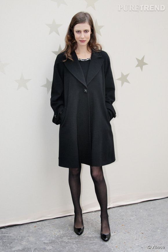 Anna Mouglalis affectionne particulièrement les petites robes noires qui dévoilent ses jambes.