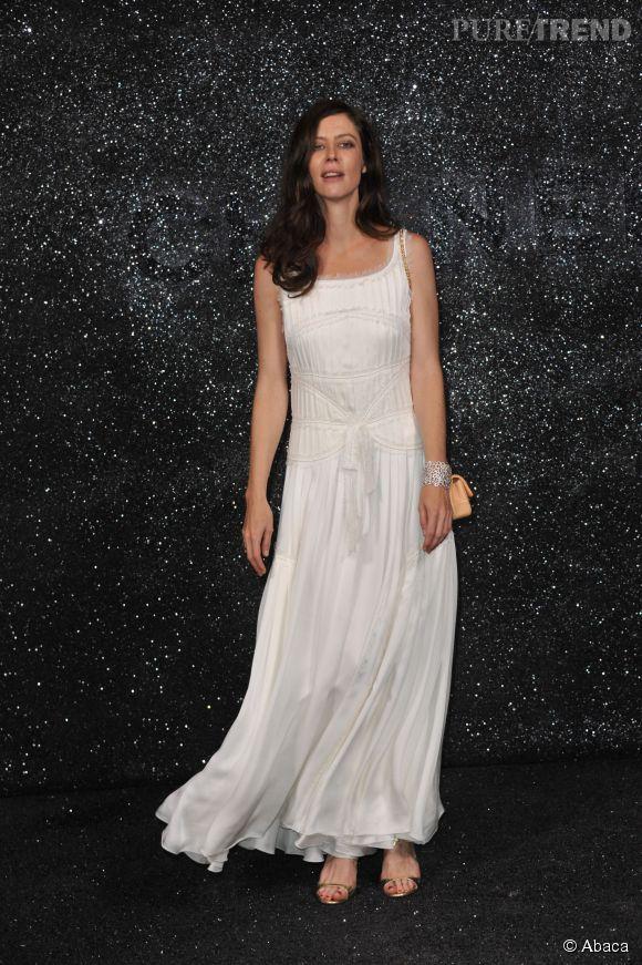 Anna Mouglalis est aussi resplendissante dans sa longue robe blanche pour le défilé Chanel de juillet 2011.