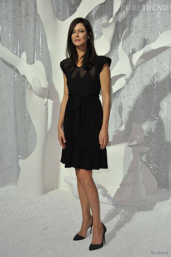 Anna Mouglalis, superbe dans une robe noire bi-marière, au défilé Chanel en octobre 2010.