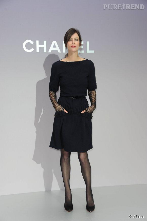 8762e67367d Anna Mouglalis et sa petite robe noire pour le défilé Chanel - Puretrend