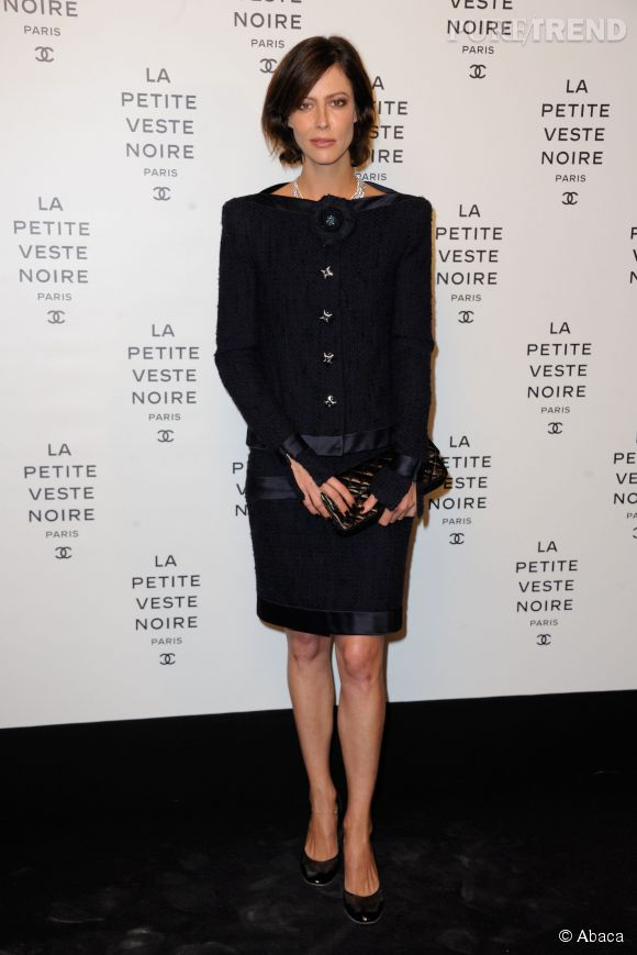 """Anna Mouglalis découvre l'exposition """"La Petite Robe Noire"""" le 8 novembre 2012."""