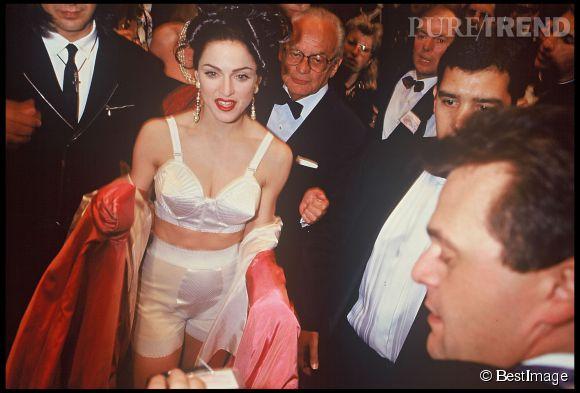 Madonna au Festival de Cannes 1991 avec un soutien-gorge conique emblématique de Jean Paul Gaultier.