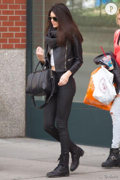Kendall Jenner montre une des multiples possibilités de porter un crop top lors d'une sortie à New York, le 28 avril 2014.