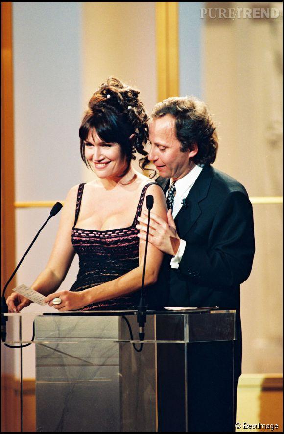 Clémentine Célarié opte pour un chignon et quelques anglaises chic lors de la cérémonie des César 1994 avec Fabrice Luchini.