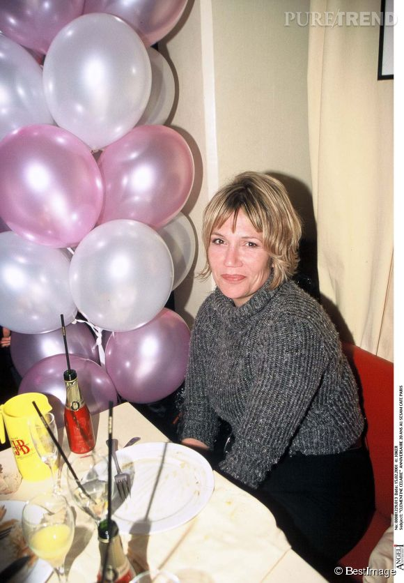 Clémentine Célarié se met au blond en février 2001 lors des 20 ans du Sesam café.