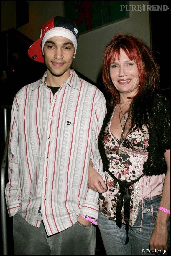 """Clémentine Célarié et son fils Abraham en 2005. Clémentine Célarié a laissé pousser ses cheveux et fait son remake du """"rouge et noir""""."""