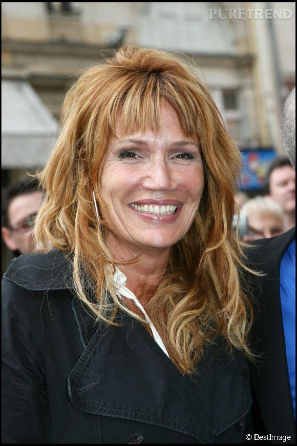 Clémentine Célarié se met au blond et opte pour un wavy en mai 2006.