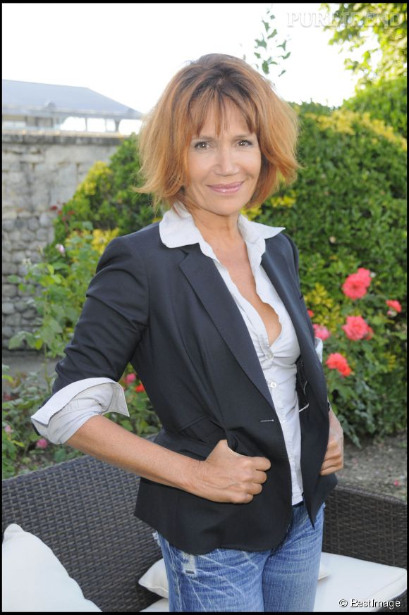 Une coupe courte et un roux passé pour un effet naturel. Une coupe qui va parfaitement bien à Clémentine Célarié en août 2009.