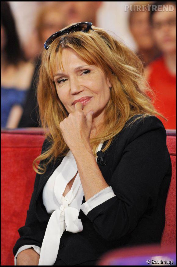 """Clémentine Célarié revient à une couleur plus naturelle lors de son passage dans l'émission """"Vivement Dimanche"""" en avril 2011."""