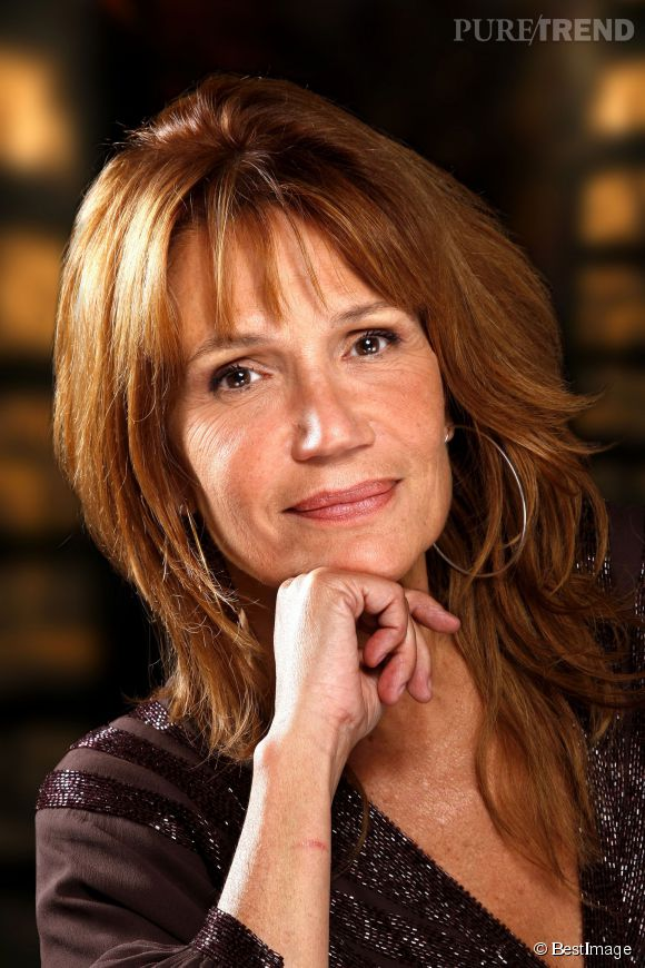 En 2009 Clémentine opte pour une coupe effilée sur cheveux longs et de couleur naturelle. L'actrice semble avoir trouvé la coiffure qui lui convient.
