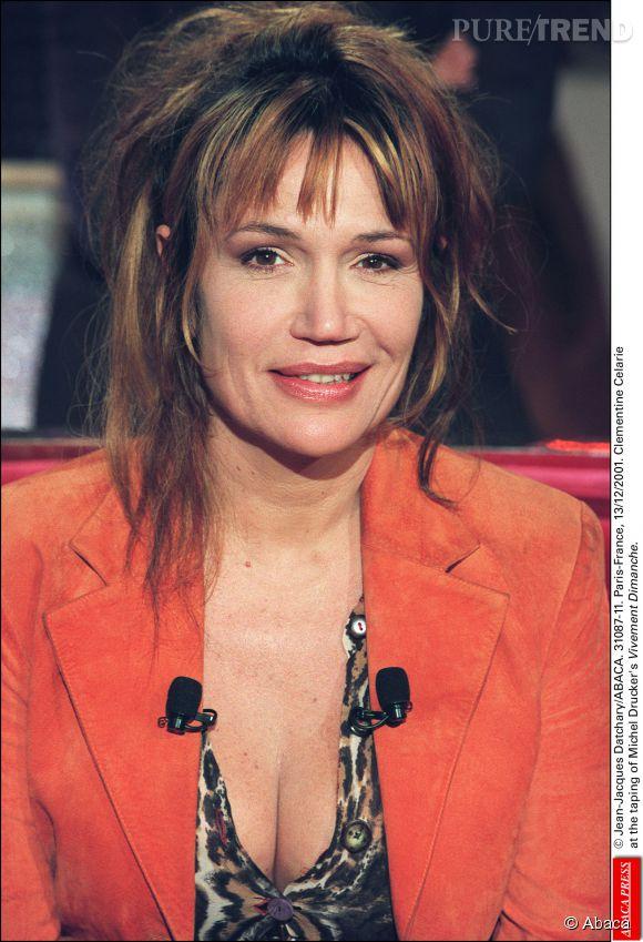 """Clémentine Célarié opte pour une coiffure avec des longueurs sur le plateau de """"Vivement Dimanche""""émission présentée par Michel Druckeren décembre 2001."""