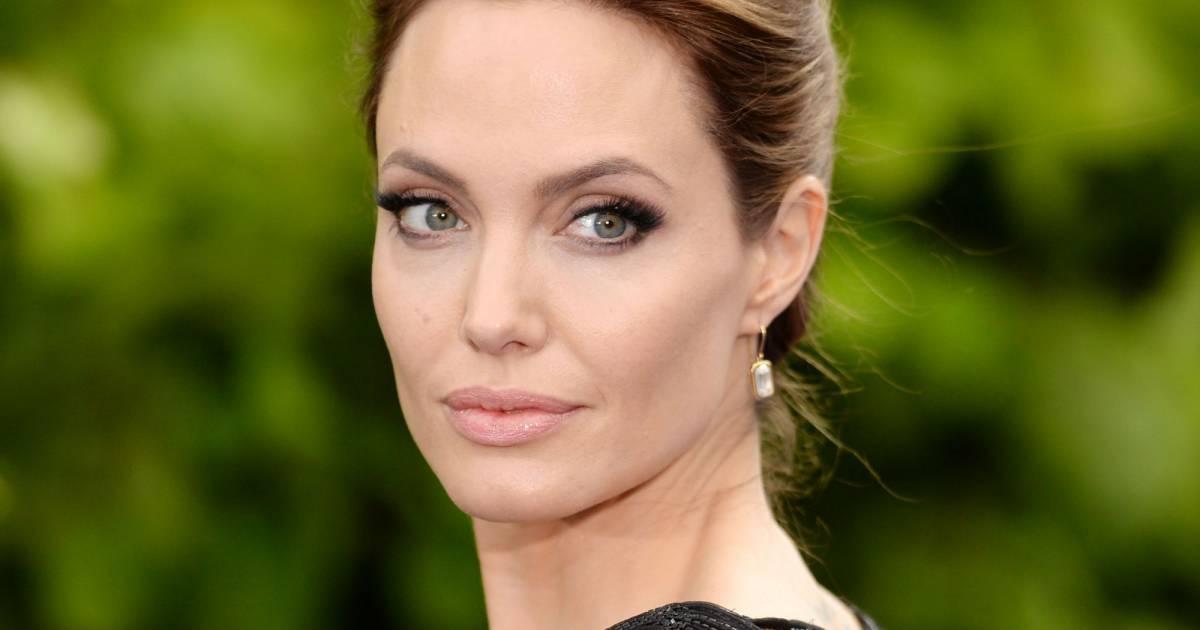 Angelina sur le rivage du maillot nu