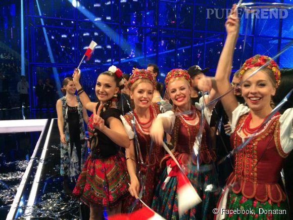 Donatan prend une photo de Cleo et ses copines, pour fêter leur qualification pour la finale de l'Eurovision 2014.
