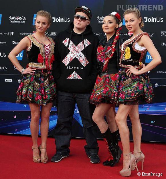 Donatan       &       Cleo ont étonné le public avec un rap en costume traditionel très sexy à l'Eurovision.