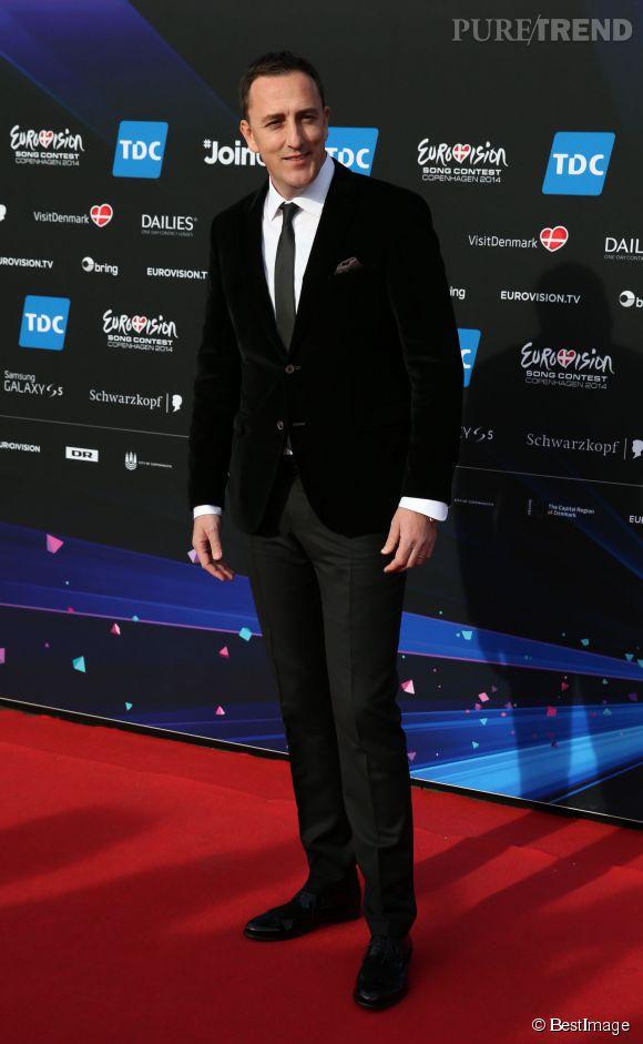 Le candidat du Monténégro  Sergej Ćetković a fait patiner une danseuse derrière lui.