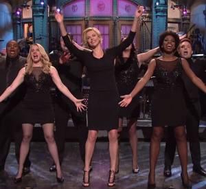 "Charlize Theron sur la plateau de l'émission ""Saturday Night Live"" le samedi 10 mai 2014."