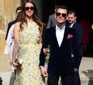 Le créateur Matthew Williamson et son invitée au mariage de Poppy Delevingne et James Cook à Londres, le 16 mai 2014.