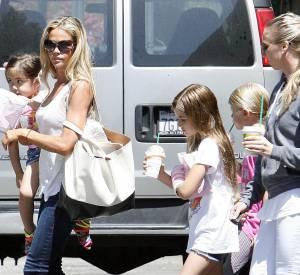En attendant, Denise Richards s'occupe pratiquement toute seule des deux enfants qu'elle a eu avec Charlie Sheen...