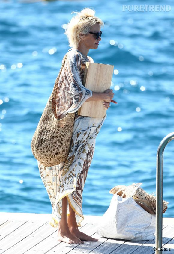 Pamela Anderson part en mer le 24 mai 2014 à Cannes.