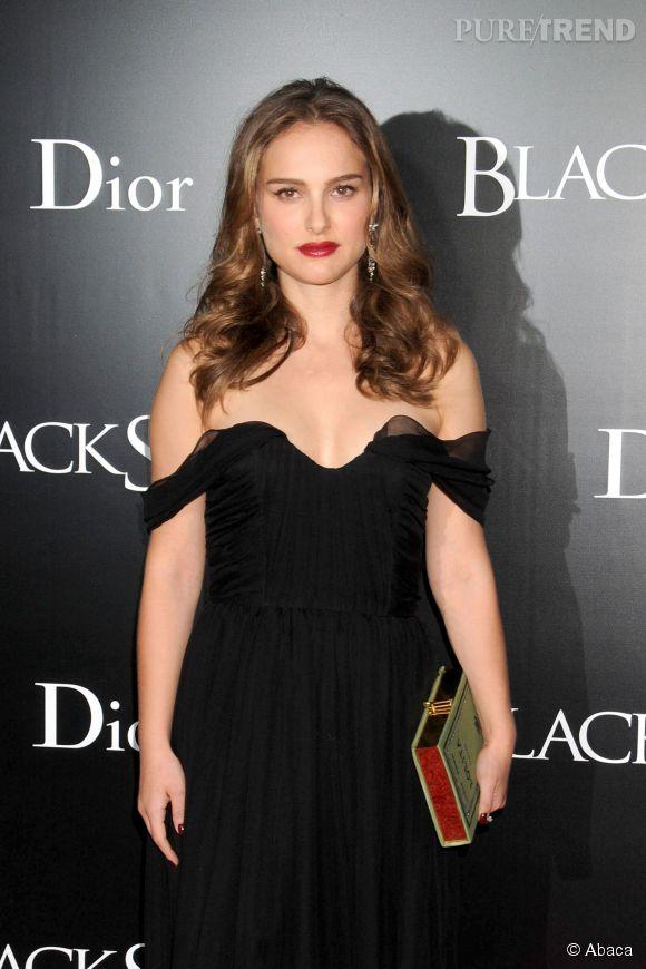 Natalie Portman et sa bouche rouge : un secret de séduction 100% glamour, surtout associé à une robe aux épaules tombantes.